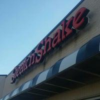 Photo taken at Steak 'n Shake by Rich L. on 9/26/2015