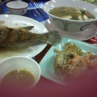 Photo taken at ทะเลริมทาง Seafood by Nong N. on 11/10/2011