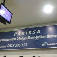 Photo taken at Ruang Tunggu gate B2 Bandara Sepinggan by Andi E. on 11/8/2013