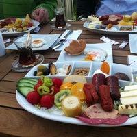 Photo taken at London Cafe & Food Point by Mustafa Mert Ü. on 3/31/2013