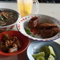 Photo taken at Mie Bandung Kridosono by Mochammad Fadjar W. on 8/20/2014