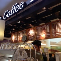 Photo taken at The Coffee Bean & Tea Leaf by hoya_t on 11/1/2012