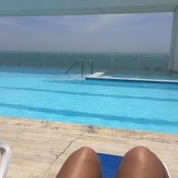 Photo taken at Bar y piscina borde infinito - Hotel Las Américas by Daniela G. on 5/16/2016