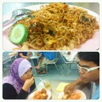 Photo taken at Restoran Al Sarjah by Khairul Aswar Mohamed on 3/21/2013