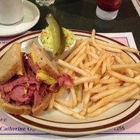 Photo taken at Reuben's Restaurant Delicatessen by Bonnie on 1/25/2015