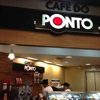 Photo taken at Café do Ponto by Gustavo F. on 10/13/2012