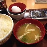 Photo taken at すき家 品川東店 by 飲んで食って B. on 11/3/2015