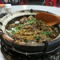 Photo taken at Restoran Veng Soon Claypot Chicken Rice (永顺瓦煲鸡饭餐室) by Bruce T. on 8/6/2013