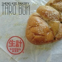 Photo taken at Sheng Kee Bakery & Cafe by Jonas on 3/5/2013