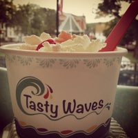 Photo taken at Tasty Waves Frozen Yogurt Cafe by Betsy L. on 6/8/2013
