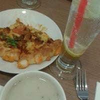 Photo taken at Pizza Hut by Huseen B. on 4/10/2013