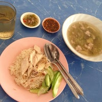 Photo taken at พังกี่ ข้าวมันไก่ by Gift G. on 5/11/2014
