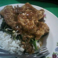 Photo taken at Nasi Pecel Pincuk & Tepo Bu Is by Achmad Z. on 10/28/2012