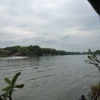 Photo taken at แพอาหารริมน้ำ คุณอี๊ด by Sittichai L. on 11/17/2013