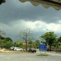 Photo taken at ท่ารถตู้มธ.รังสิต - อนุสาวรีย์ฯ/ฟิวเจอร์ฯ (TU-Future Park Rangsit/Victory Monument Van Stop) by Piyamabhorn U. on 4/26/2013