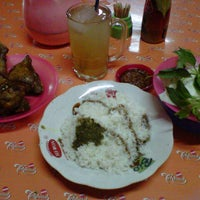 Photo taken at Ayam & Bebek Goreng Palupi by Windyss B. on 1/4/2013