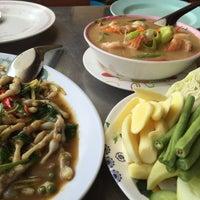 Photo taken at ร้านอาหาร เพื่อน (แม่กลอง) by Thor M. on 5/8/2016