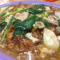 Photo taken at Kedai Kopi dan Makanan Hoe Soon by Fyn S. on 3/31/2013