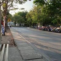 Photo taken at ท่ารถตู้มธ.รังสิต - อนุสาวรีย์ฯ/ฟิวเจอร์ฯ (TU-Future Park Rangsit/Victory Monument Van Stop) by Ribbin R. on 1/12/2013