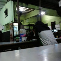 Photo taken at Warung Penyet Lesehan Mas Pur 3 by Irma A. on 1/13/2013