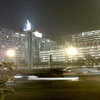Photo taken at Bundaran Hotel Indonesia (Monumen Selamat Datang) by Samuel Y. on 6/7/2013