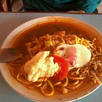 Photo taken at Mie Aceh & Teh Tarek Bang Amad by Hafidz Thaha I. on 9/20/2013