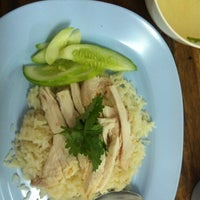 Photo taken at ข้าวมันไก่ ลุงหมิง by iThedook on 11/19/2012
