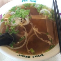 Photo taken at Pho Hoa Noodle Soup by Maeve イ. on 1/13/2013