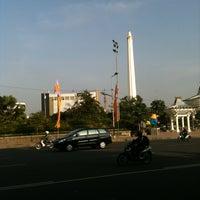 Photo taken at Tugu Pahlawan by Nita A. on 6/3/2013