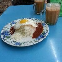 Photo taken at Restoran Fareed by Afiq A. on 2/6/2013