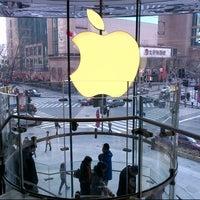 Photo taken at Apple 香港广场 by Jimmy 지미 K. on 2/14/2013