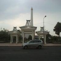 Photo taken at Tugu Pahlawan by Nugroho B. on 12/23/2012