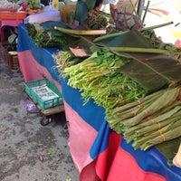 Photo taken at Sunday Market (Pasar Minggu Satok) by Awangku M. on 5/14/2016