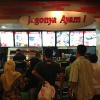 Photo taken at KFC by Iwudz 🌍 on 5/25/2013