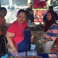 Photo taken at Bazaar Ramadhan Bandar Sri Permaisuri (بازار رمضان بندر سري ڤرماءيسوري) by issac kuan l. on 6/11/2016