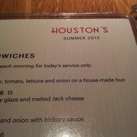 Photo taken at Houston's Restaurant by Richard C. on 7/13/2013
