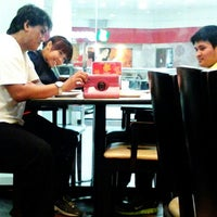 Photo taken at Pizza Hut Bistro by Kitty MOnster F. on 8/5/2014