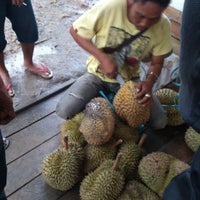 Photo taken at Pusat Durian Tepian Sungai Mahakam by Irma R. on 9/15/2013