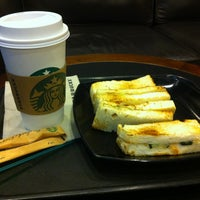 Photo taken at Starbucks by engku i. on 1/16/2013