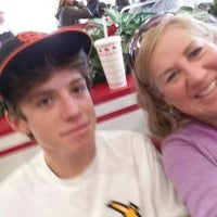 Photo taken at In-N-Out Burger by Jari R. on 11/27/2015