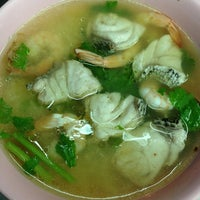 Photo taken at เฮง ข้าวต้มหัวปลา by Jumerr J. on 1/17/2013