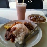 Photo taken at Restoran Riayas Maju by Tanglung's T. on 5/20/2012