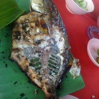 Photo taken at Muara Ikan Bakar Tanjung Harapan by Salim on 5/26/2012