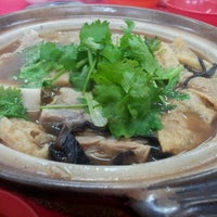 Photo taken at 新华肉骨茶 Xin Wah by Yinson N. on 7/20/2012
