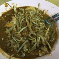 Photo taken at Char Kuey Teow Al-Karia by Jay L. on 2/2/2014
