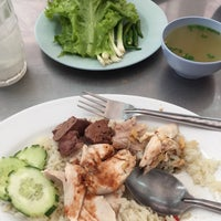 Photo taken at โกต้าข้าวมันไก่ by Arisa A. on 2/25/2015