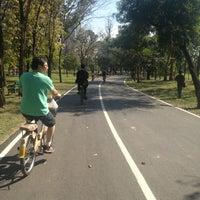 รูปภาพถ่ายที่ Vachirabenjatas Park (Rot Fai Park) โดย ✨Rainy✨ . เมื่อ 1/6/2013