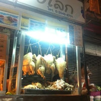 Photo taken at ข้าวมันไก่แชมป์โลก by Thanapong T. on 11/8/2012