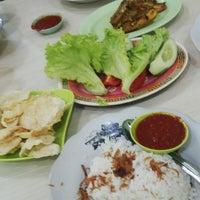 Photo taken at Nasi Uduk & Ayam Goreng Toha by Maretha Azka A. on 10/19/2014