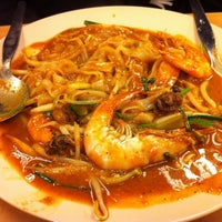 Photo taken at Adam Char Koey Teow by Dhiauddin A. on 5/28/2012